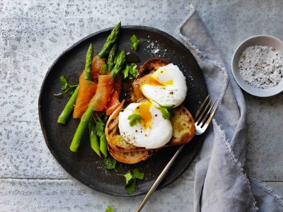 Poached egg with smoked salmon and asparagus dippers